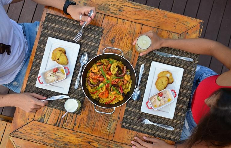 Noite na Vila Azul do Mar: gastronomia, compras e artesanato no Porto das Dunas