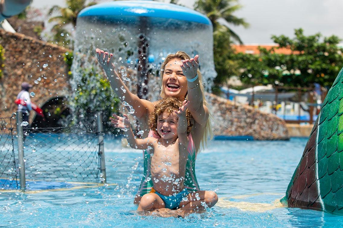 Thais Pacholek curte dias de diversão com o filho no Beach Park