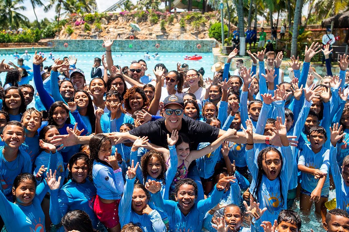 Beach Park recebe 200 crianças do IPOM para ação de incentivo ao esporte com o Basquete Cearense