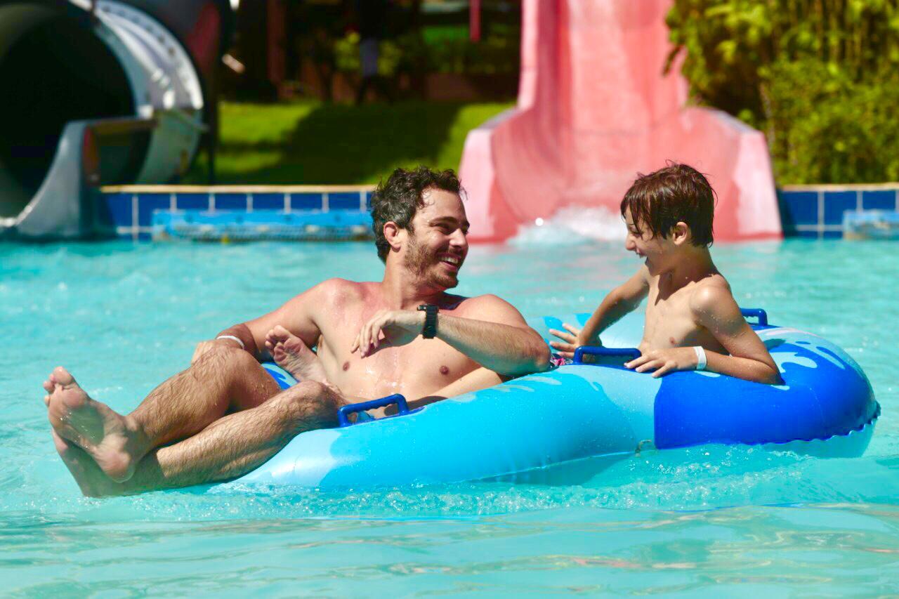 Thiago Rodrigues se diverte no Beach Park com seu filho